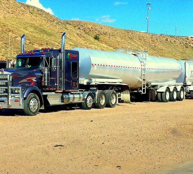 camion cisterna azul