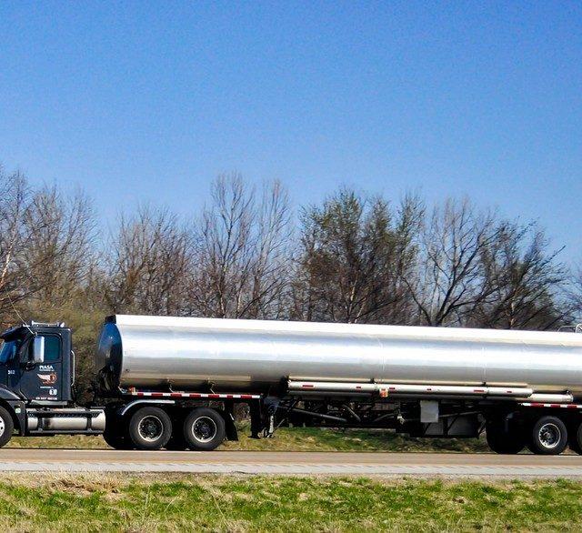 camion negro cisterna
