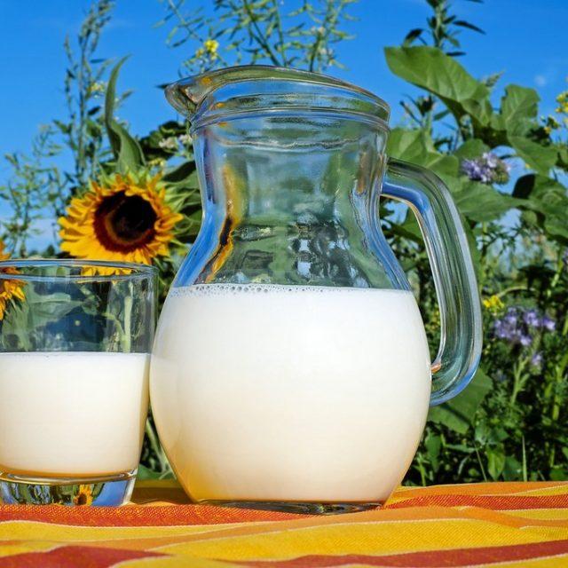 vaso y pichel con leche