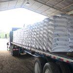 camión con sacos de fertilizante